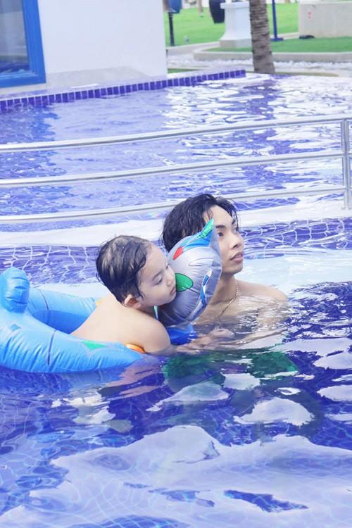 Khánh Thi diện bikini khoe dáng nuột giữ chân chồng trẻ Phan Hiển