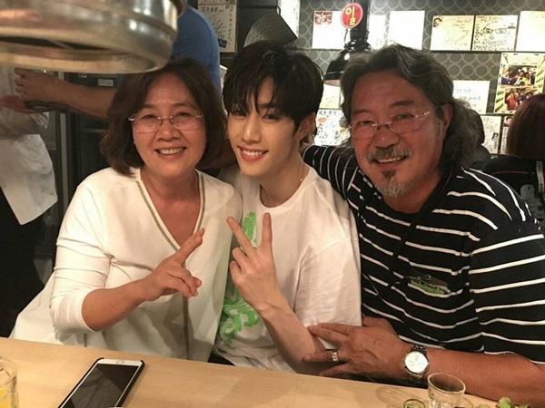 Lộ diện bố mẹ của loạt idol Hàn đình đám