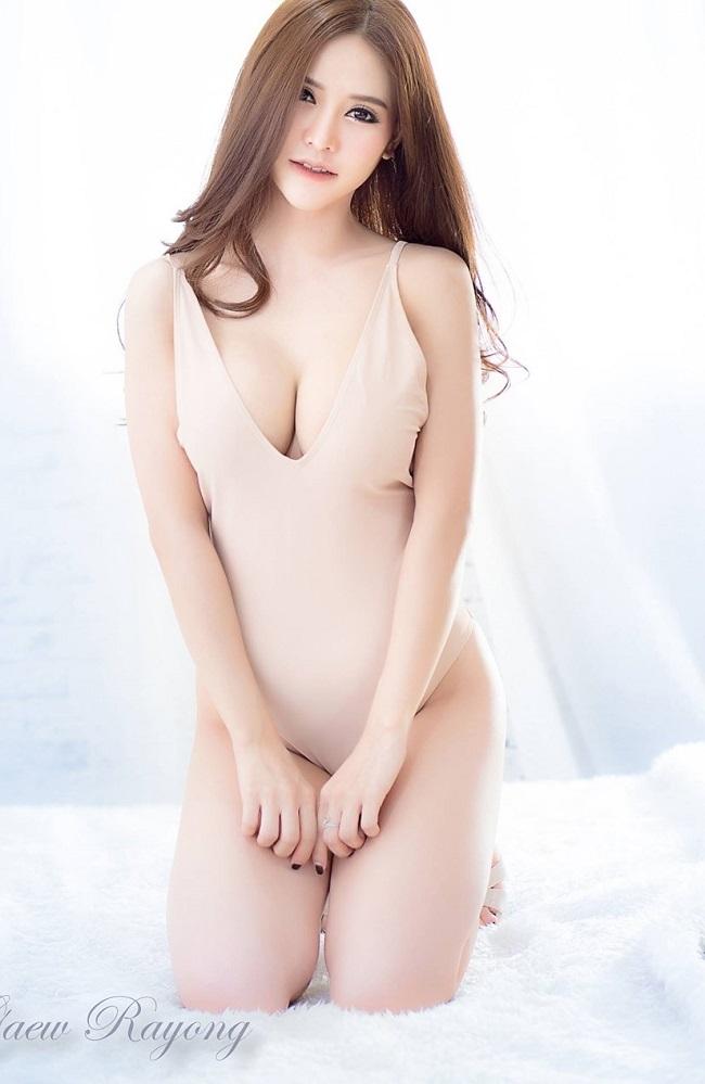 Áo tắm màu nude mỏng tang, nhìn như không đang hot tại châu Á
