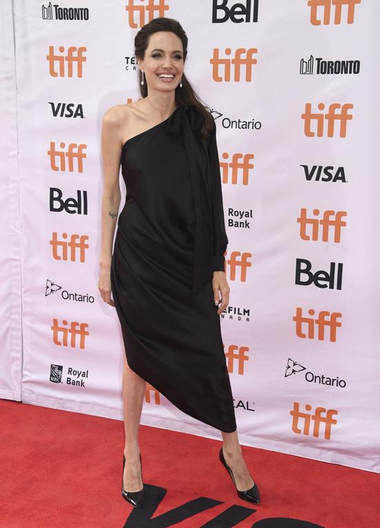 Các con trêu chọc khi thấy Jolie mặc váy gợi cảm lên thảm đỏ