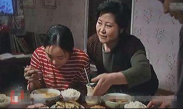 Con trai tận mắt thấy mẹ bắt vợ ăn cơm thừa của anh trai tật nguyền liệt giường