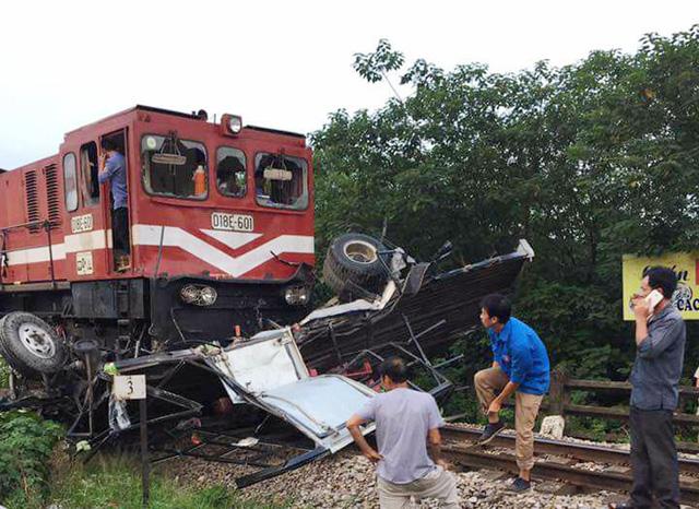 Hà Nội: Tàu hỏa tông nát bét xe tải, đường đang tắc nghiêm trọng