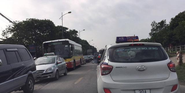 Hà Nội: Tàu hỏa tông nát bét xe tải, quốc lộ 1 tắc nghẽn nghiêm trọng