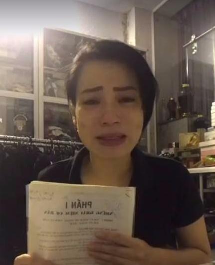 Hành động lạ của Xuân Bắc khi vợ livestream khóc, tố bị chèn ép