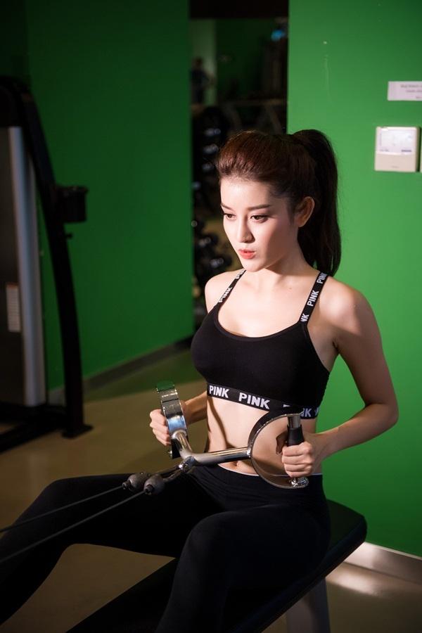 Huyền My tập gym để có vòng eo con kiến