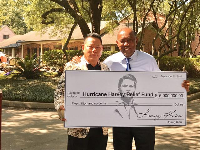 Tỷ phú Hoàng Kiều quyên 5 triệu USD hỗ trợ nạn nhân bão ở Mỹ