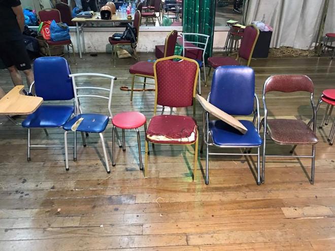 Cận cảnh lớp học vợ Xuân Bắc tố sinh viên phải ngồi ghế phế thải