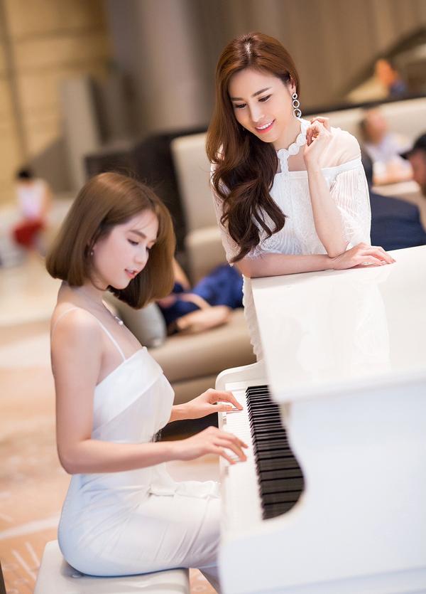 Chán bikini, Ngọc Trinh tung ảnh khoe vai trần nõn nà bên đàn piano