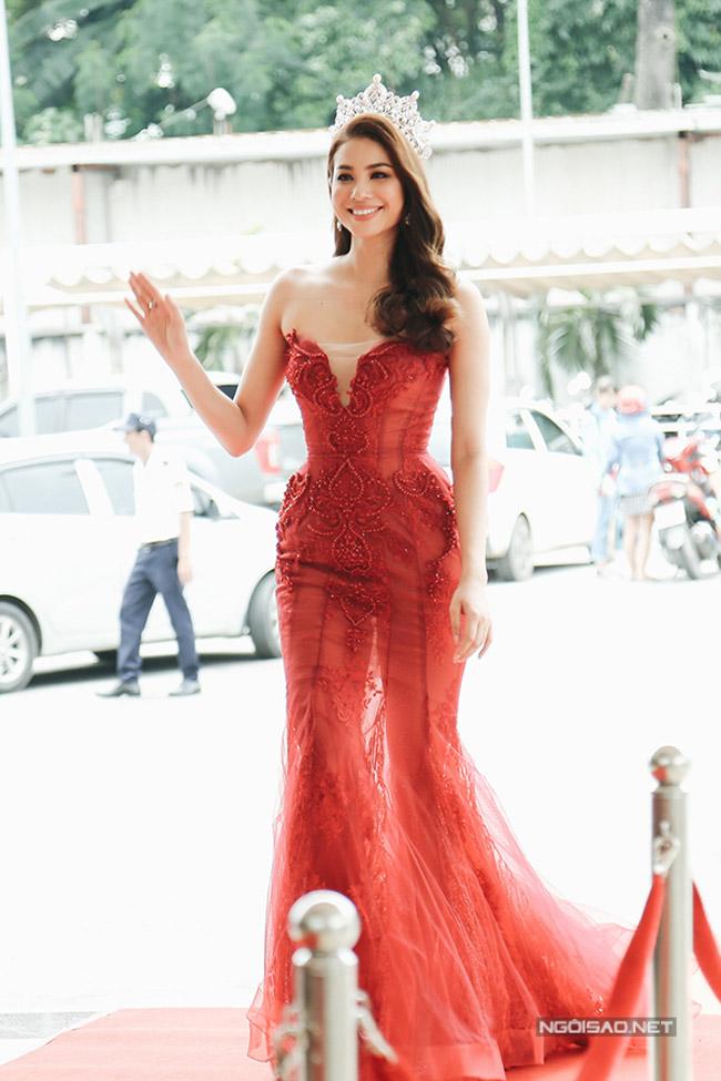 Đến Phạm Hương, Hồ Ngọc Hà cũng phải nhờ chiếc váy thần thánh này để ăn gian vòng eo
