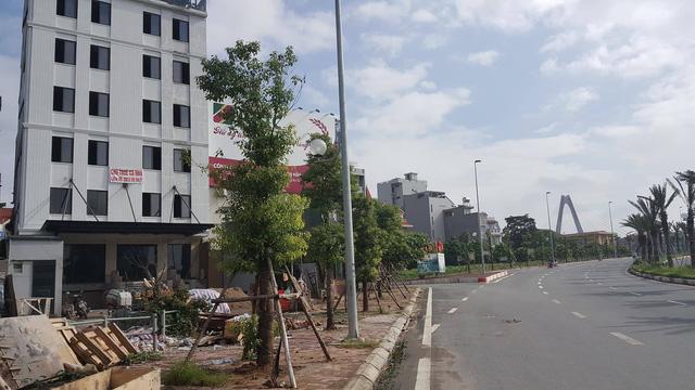 """Khách sạn dỡ hàng rào an toàn, """"hô biến"""" đất nông nghiệp để vươn ra cầu Nhật Tân"""