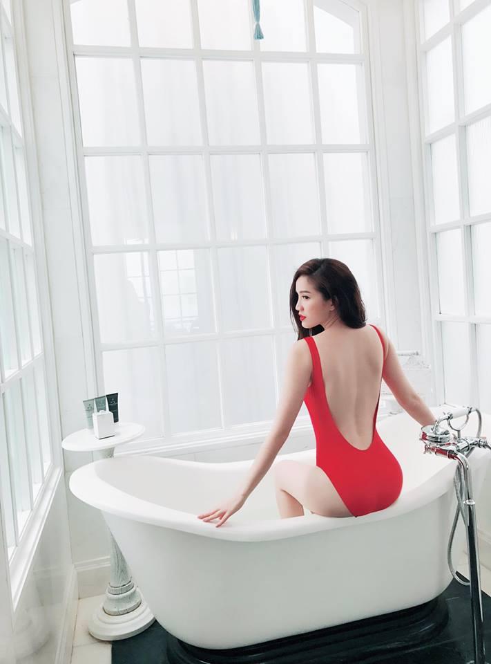 Nữ ca sĩ khoe ảnh gợi cảm hết nấc trong bồn tắm, Ngọc Trinh đã là gì