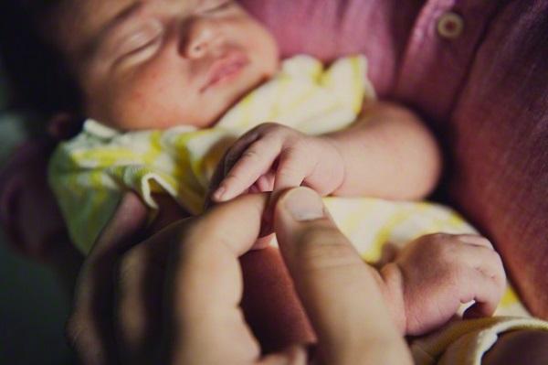 Sau khi sinh, vợ làm tôi choáng váng vì cách chăm con của cô ấy
