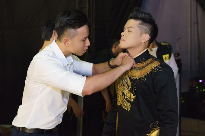 Người yêu tranh thủ giờ nghỉ trưa đến chăm sóc John Huy Trần