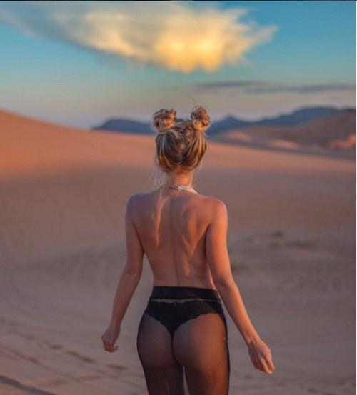 Hóa ra chiêu đẹp của kiều nữ ngực khủng 8 triệu fan là không mặc quần áo