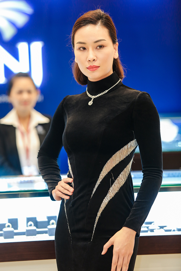 Quán quân The Face 2017 Tú Hảo làm vedette giới thiệu trang sức 1 tỷ đồng