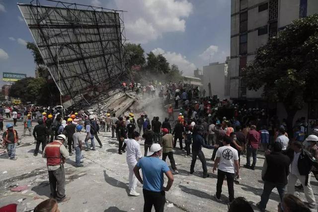 Khoảnh khắc hàng loạt nhà cao tầng ở Mexico đổ sập do động đất