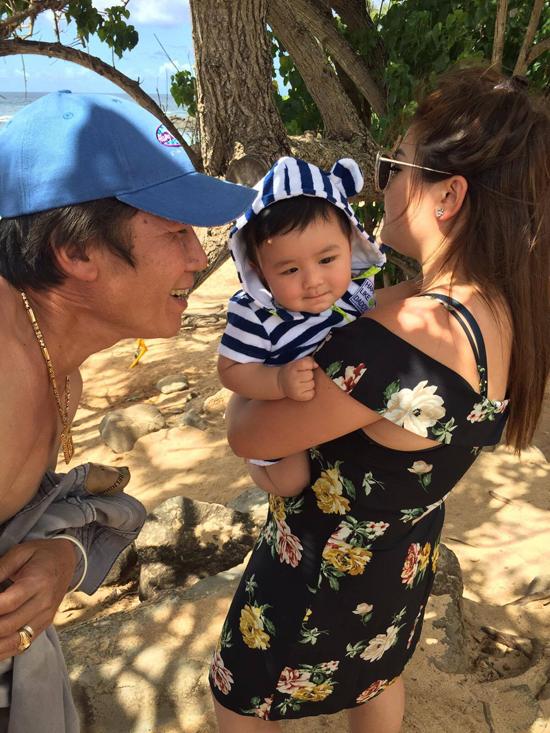 Ông xã bận đi diễn, vợ Đan Trường cùng con trai du lịch Hawaii