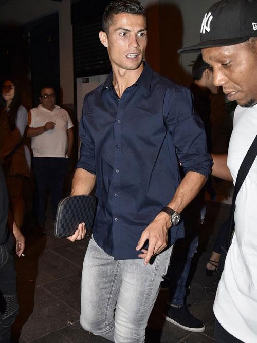 Bạn gái mang bầu diện mốt đồ ngủ đi ăn tối với C. Ronaldo