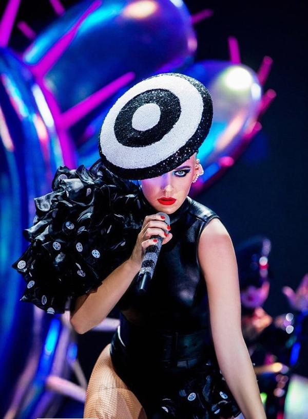 Katy Perry diện 3 thiết kế của Công Trí trong tour diễn Witness