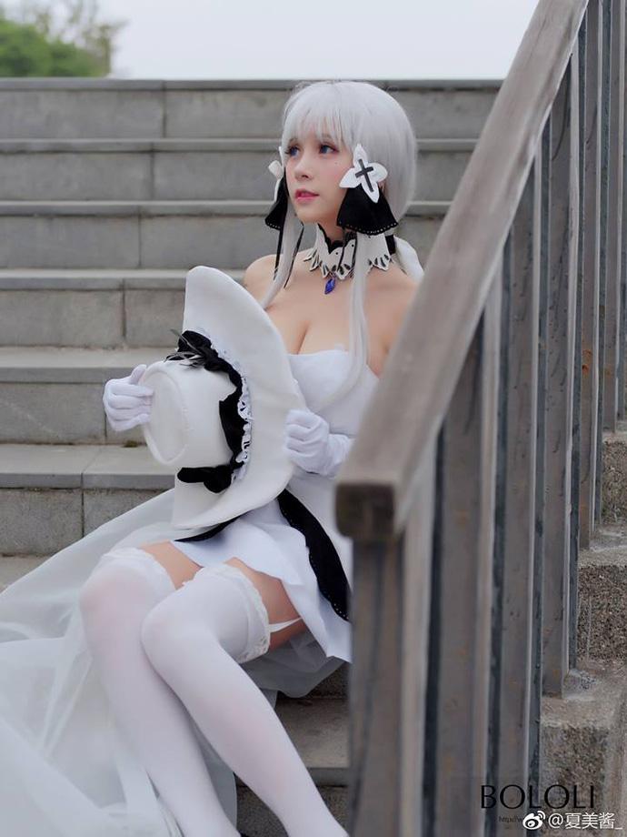 Bộ ảnh cosplay gợi cảm về cô nàng tóc bạch kim HMS Illustrious trong game Azur Lane
