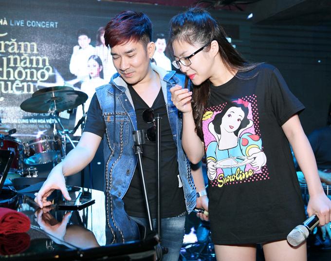 Hương Tràm diện trang phục ngắn hết cỡ đi tập hát với Quang Hà