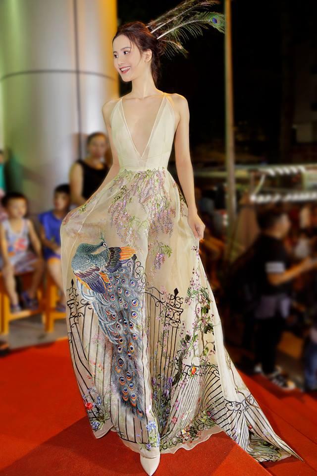 Mỹ nữ Vũng Tàu đi xe 70 tỷ đẹp nhất tuần với váy xẻ ngút ngàn