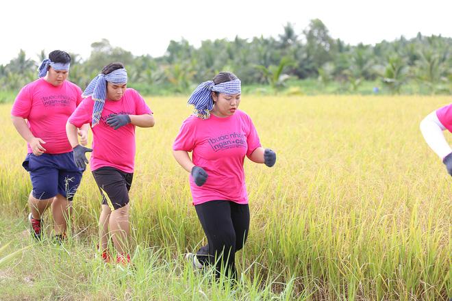Thí sinh Bước nhảy ngàn cân ngã nhào khi bị bắt ép cân với dừa khô, ruộng lúa