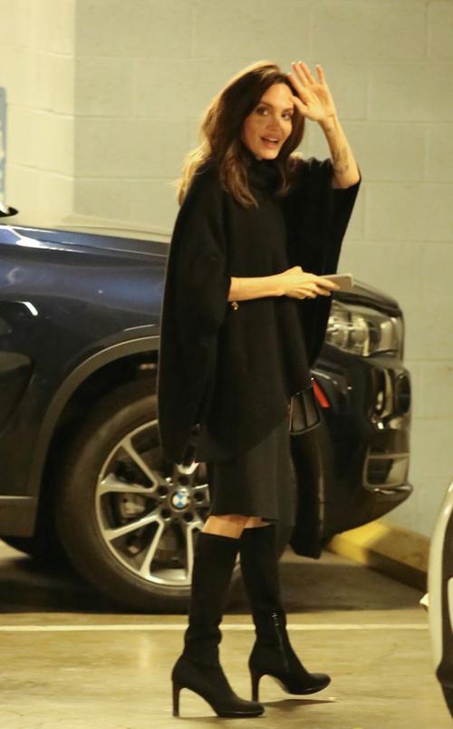 Angelina Jolie thu hút sự chú ý khi tới rạp chiếu phim