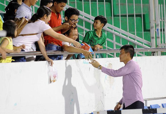 Công Vinh cười tươi ngồi bán vé, ăn vội vàng trước trận đấu - Hình 12