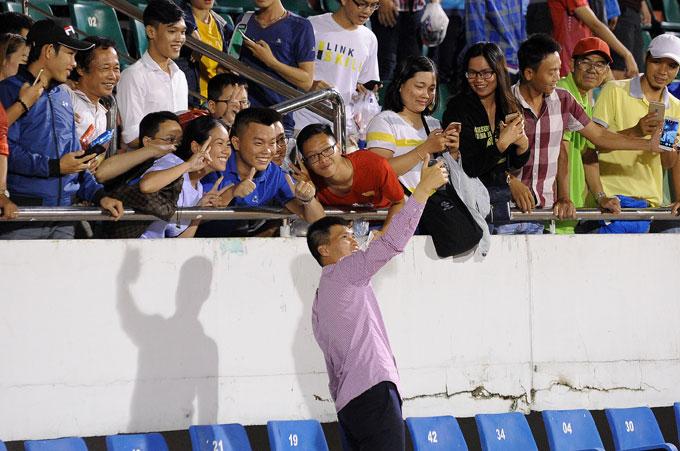 Công Vinh cười tươi ngồi bán vé, ăn vội vàng trước trận đấu - Hình 11