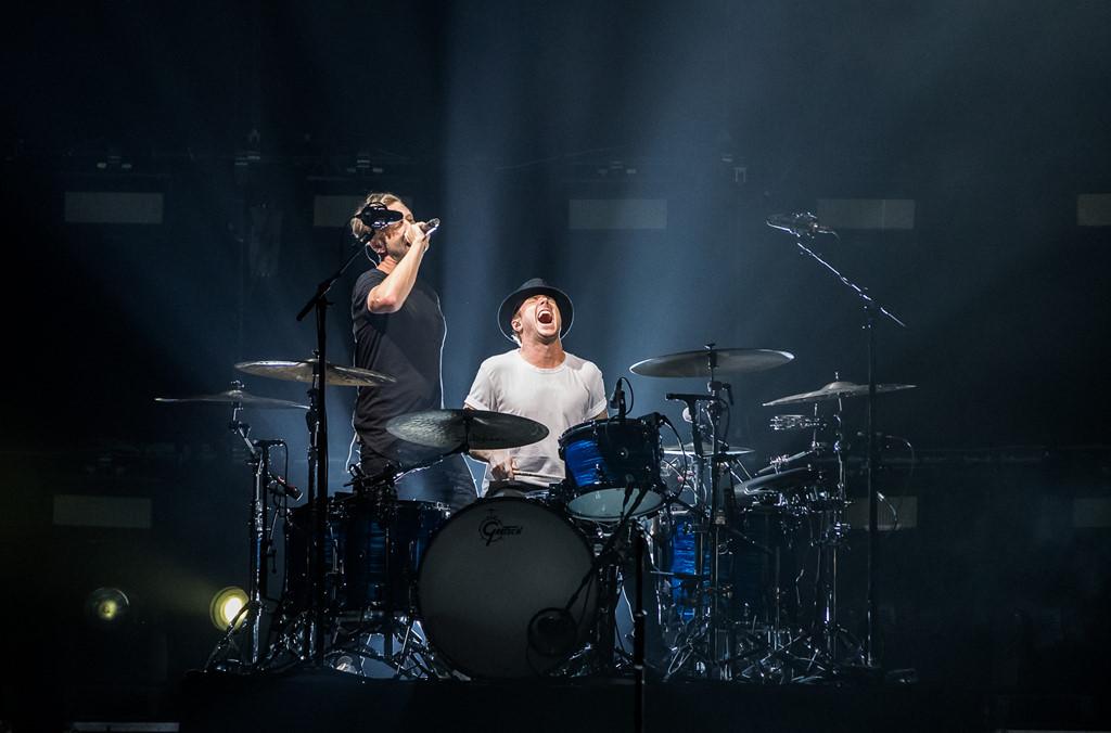 OneRepublic gây xúc động khi lần đầu biểu diễn &'Apologize' ở Bangkok - Hình 2