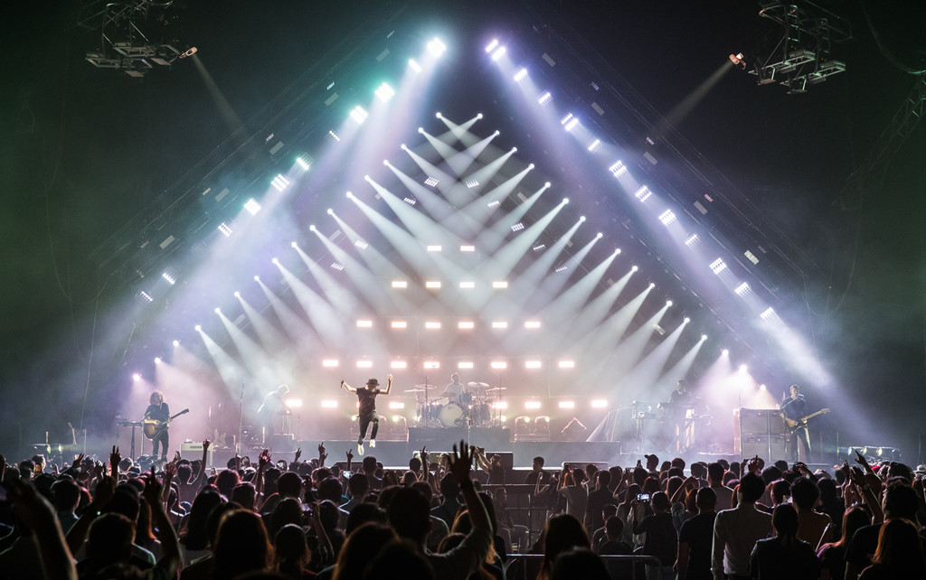 OneRepublic gây xúc động khi lần đầu biểu diễn &'Apologize' ở Bangkok - Hình 3
