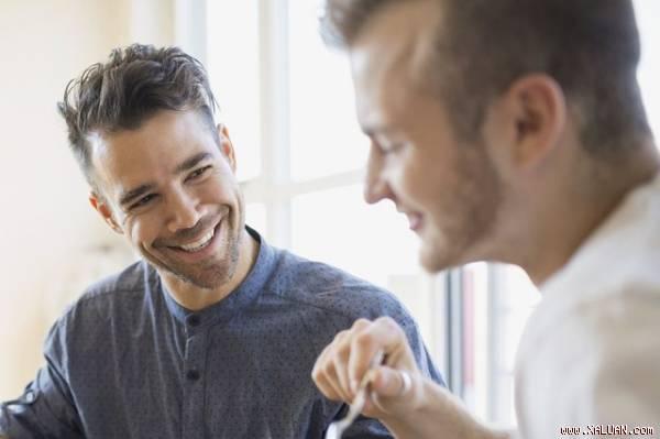 Phải lòng bạn của anh trai và nguy cơ lộ bí mật đồng tính