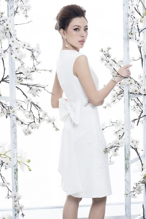 Quán quân The Face diện váy hoa đa sắc
