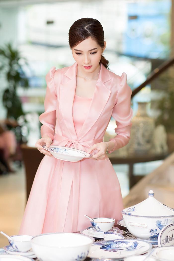 Hoa hậu Đặng Thu Thảo mỏng manh như sương mai với tone màu hồng thạch anh
