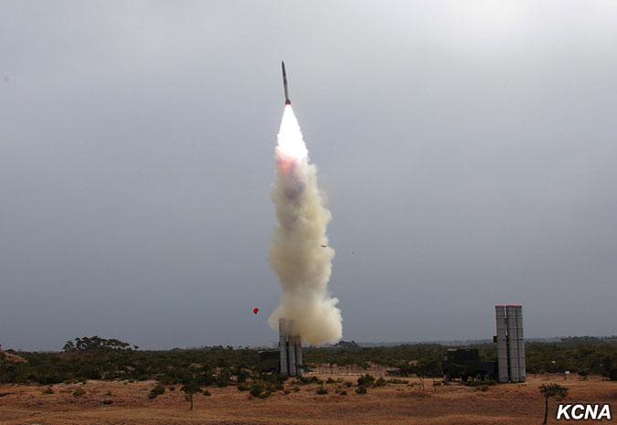 Triều Tiên có vũ khí gì bắn rơi được oanh tạc cơ Mỹ? - Hình 1