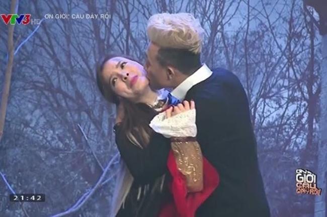 Những lần Trấn Thành cưỡng hôn, ôm ấp sao nữ trên sóng truyền hình - Hình 1