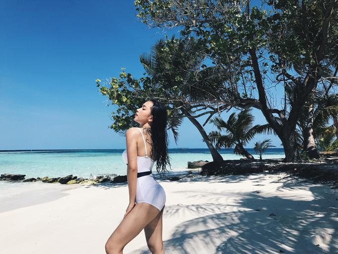 Châu Bùi khoe thân hình mướt mắt với bikini tại bãi biển Maldives