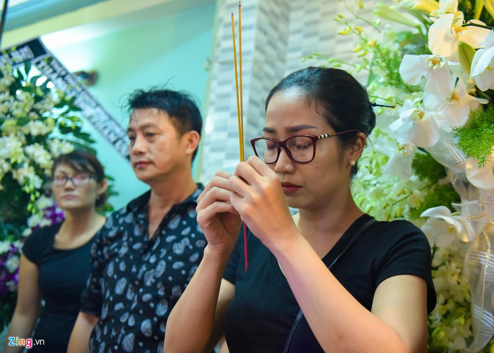 Con gái nghệ sĩ Khánh Nam từ Mỹ về khóc nức nở bên linh cữu cha