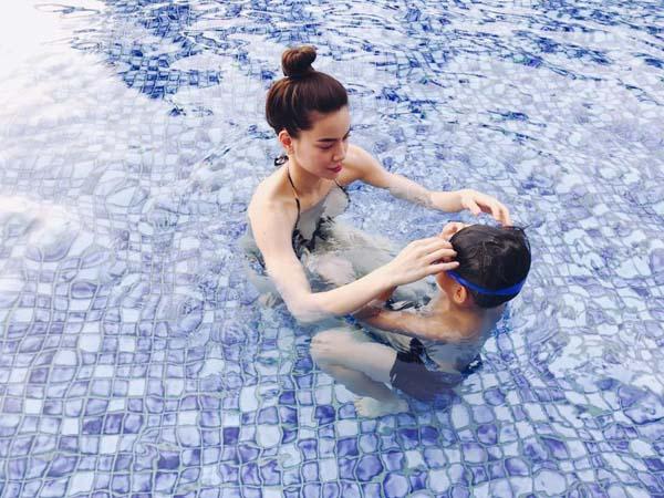 Giữa tâm bão bị tố huỷ show, Hà Hồ diện bikini khoe dáng gợi cảm