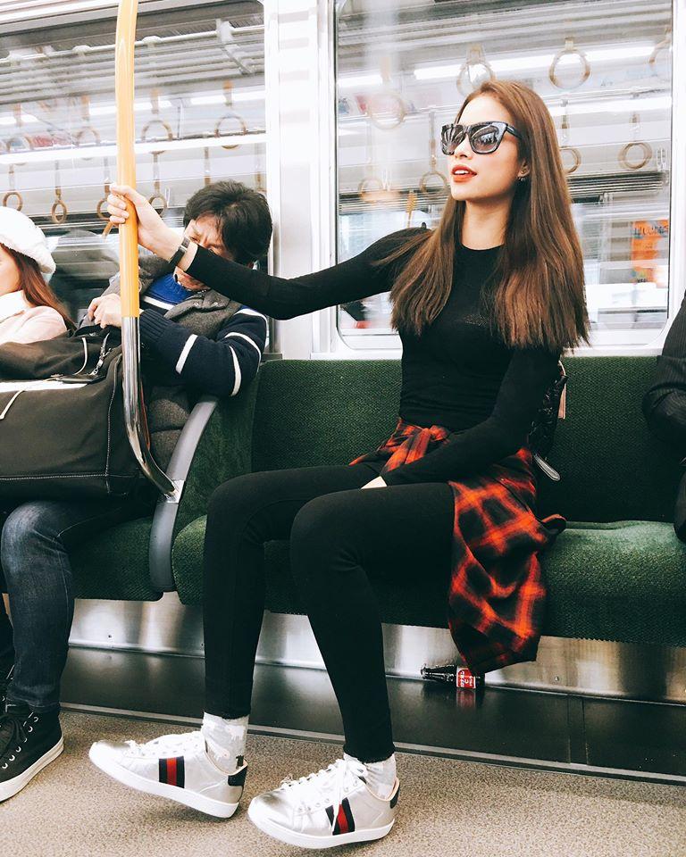 Phạm Hương thay đổi cách ăn mặc 180 độ khi nhiệm kỳ Hoa hậu Hoàn vũ sắp hết