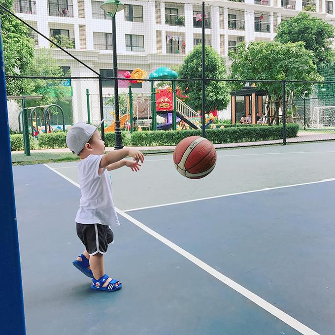 Ly Kute khoe ảnh con trai quậy ở sân bóng rổ