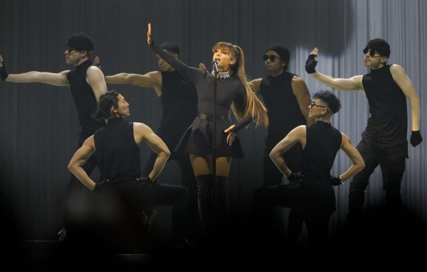 Hủy 10 show trong năm 2017, Ariana Grande vẫn thiết lập kỉ lục doanh thu mới!