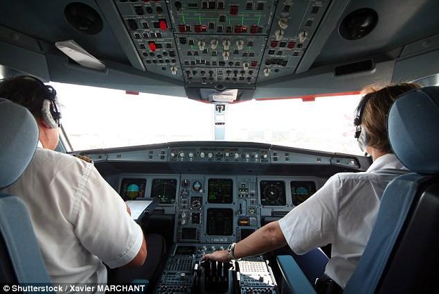 Cặp đôi phi công bị đình chỉ vì ẩu đả và bỏ buồng lái giữa chuyến bay
