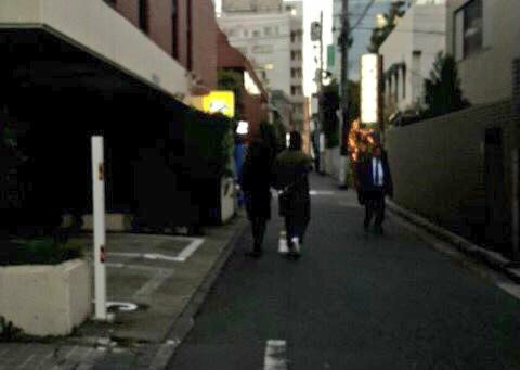 Vợ chồng Song Joong Ki - Song Hye Kyo nắm tay tình tứ khi hẹn hò tại Nhật Bản