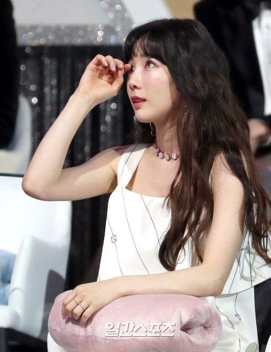 Lee Hi nghẹn ngào hát tưởng nhớ Jonghyun và phản ứng của Taeyeon dưới khán đài khiến fan càng thêm xót xa