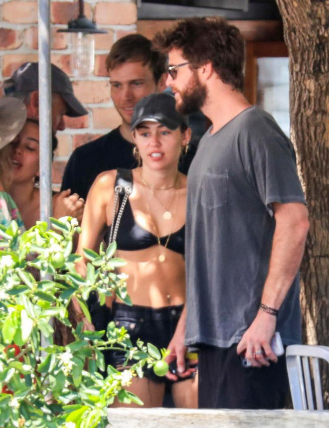 Miley Cyrus và Liam Hemsworth đeo nhẫn đôi hạnh phúc sau tin đồn bí mật kết hôn