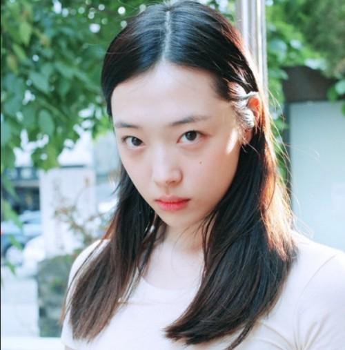 Netizen 'ném đá' clip nhảy Sulli: 'Thời F(x) thì không chịu tập, giờ bày đặt lăn lộn trên sàn'
