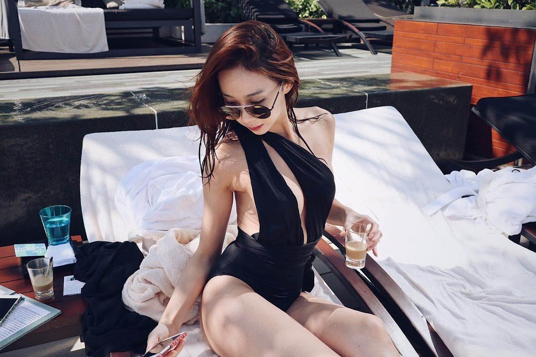 Nữ thần tượng hẹn hò tài tử Chuyện tình Harvard gây sốc vì nghiện khoe ngực, hở hang trên mạng xã hội