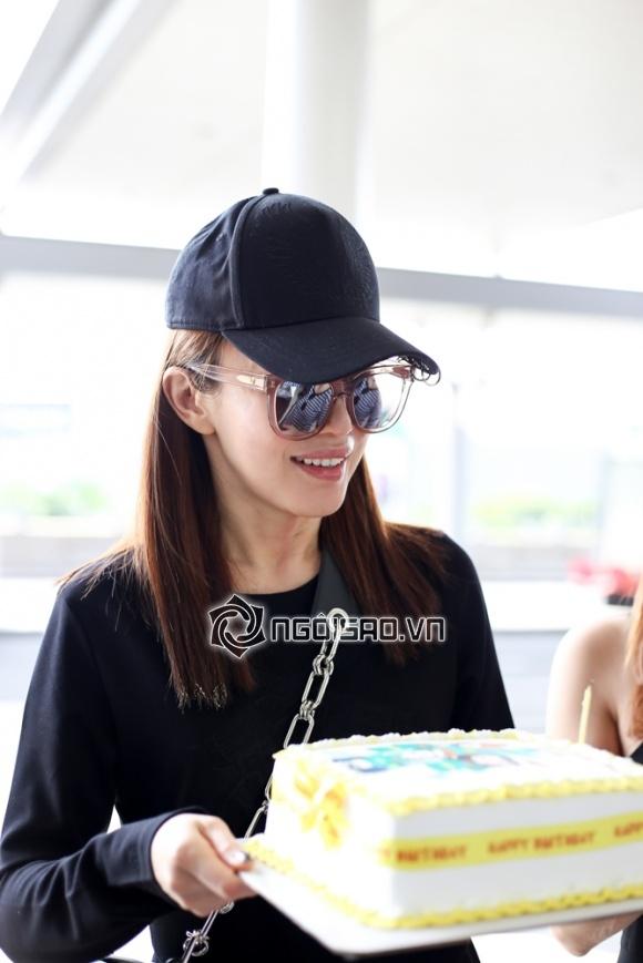 Phạm Văn Phương được fan Việt mang bánh ra tận sân bay mừng sinh nhật